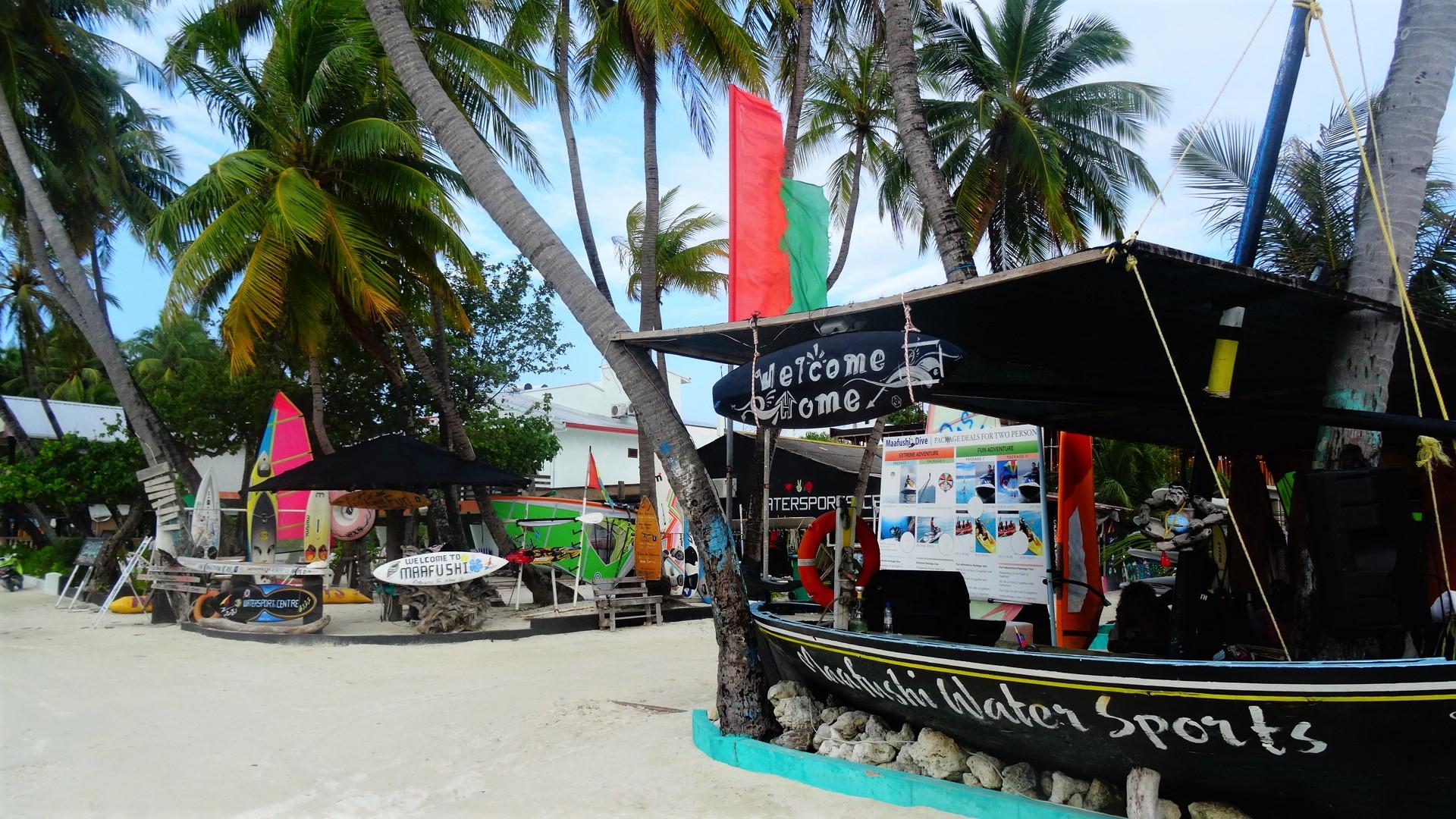 Strand met borden op Maafushi in de Malediven
