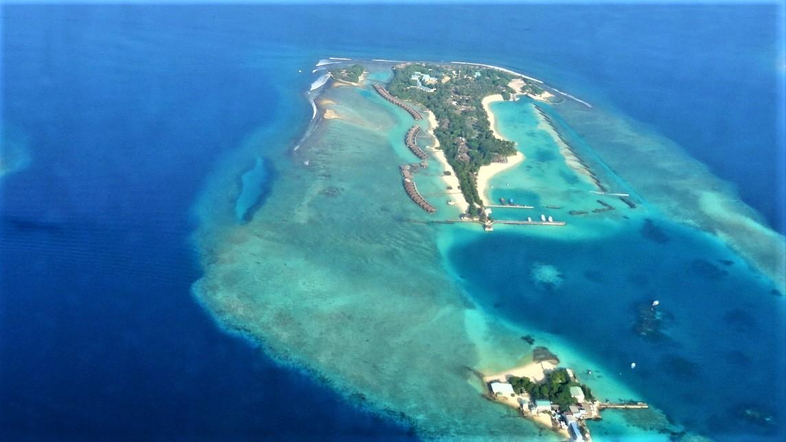 Uitzicht vanaf vliegtuig op eilanden in de Malediven