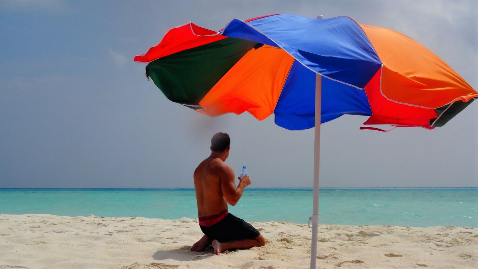 Strand met parasol